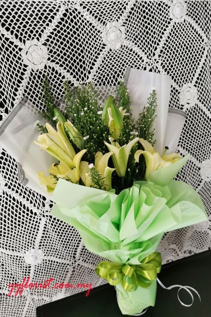 White cream lily bouquet